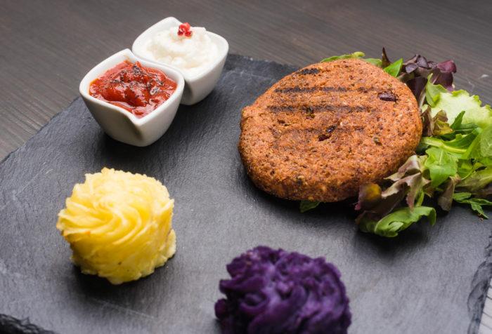 burger di quinoa con duchesse di patate viola e gialle