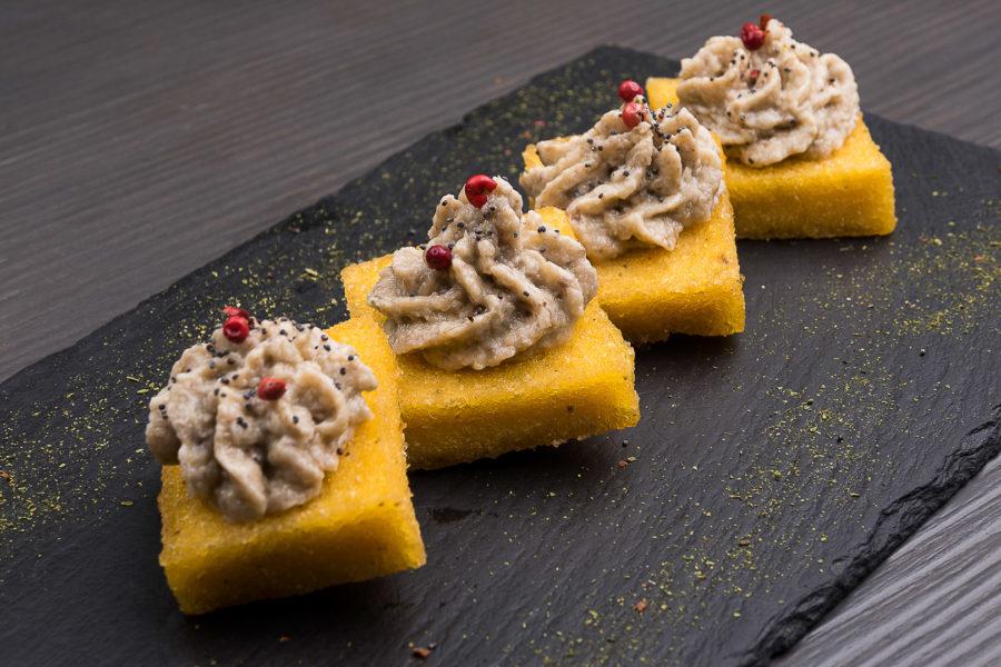 quadretti di polenta con paté di funghi