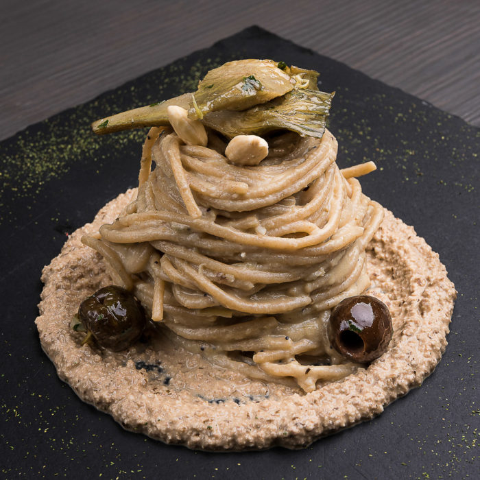 spaghetti ai carciofi, mandorle e olive nere di gaeta