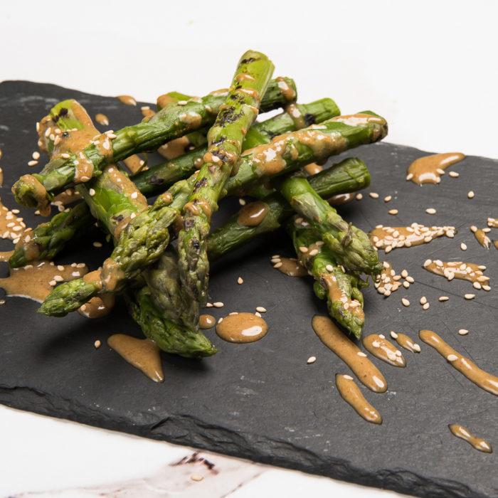 asparagi grill con crema di sesamo
