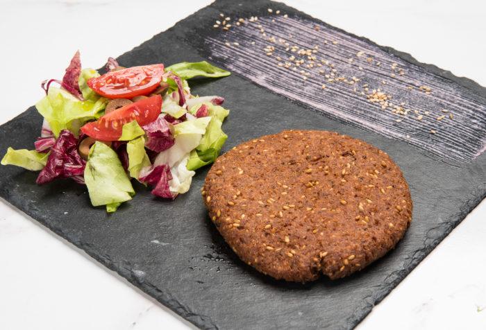 burger di quinoa con insalatina mediterranea