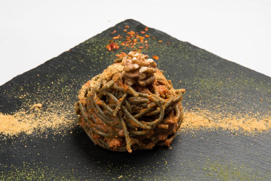 spaghetti alla spirulina con pesto di pomodori secchi e noci