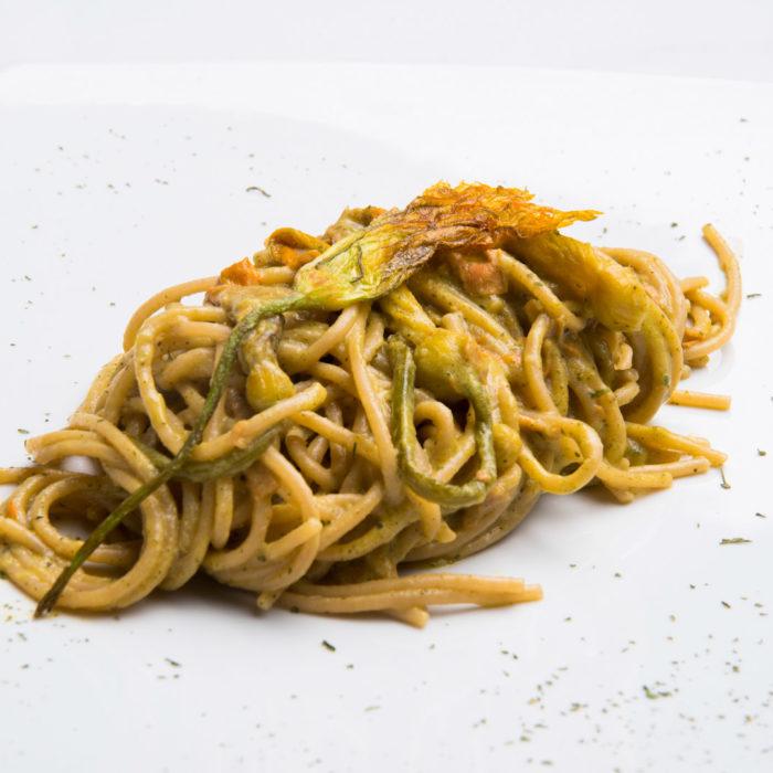 Spaghetti integrali ai fiori di zucca e mopur